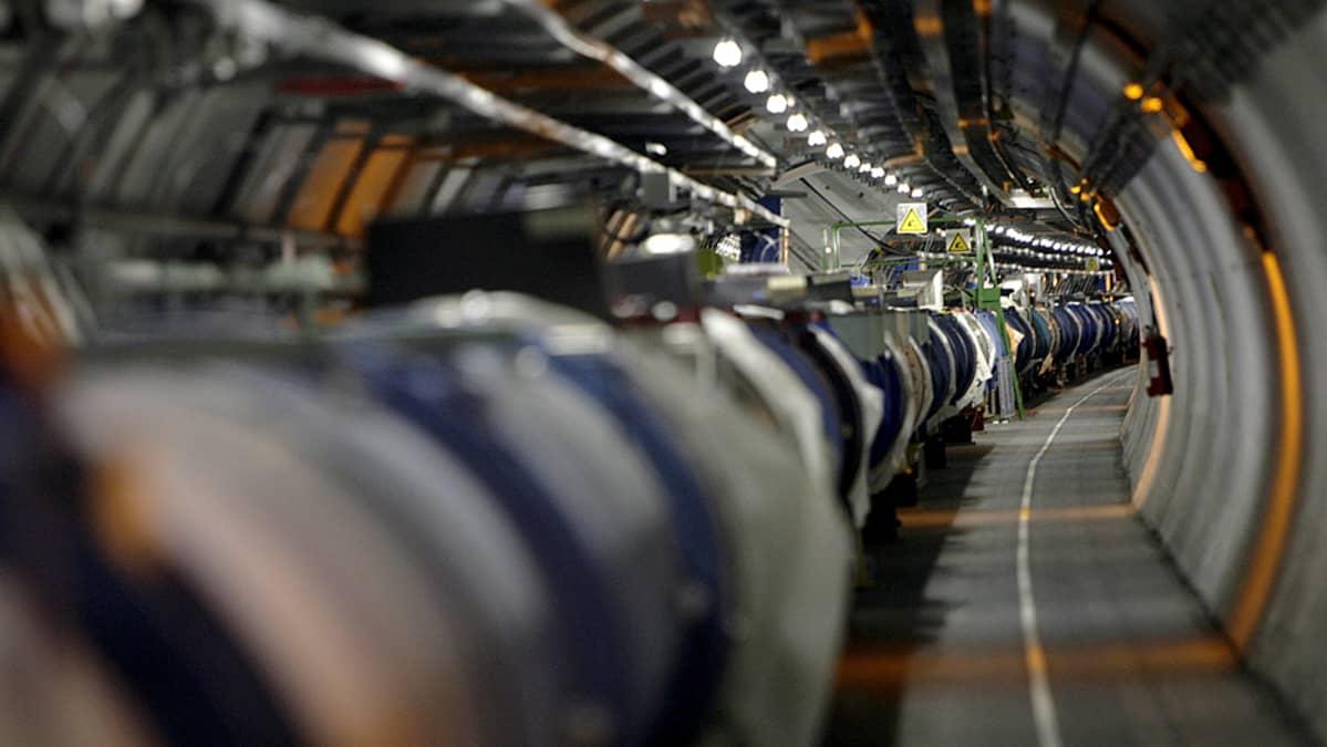 LHC-hiukkaskiihdytin kulkee 27 kilometriä pitkässä tunnelissa Sveitsin ja Ranskan rajalla.