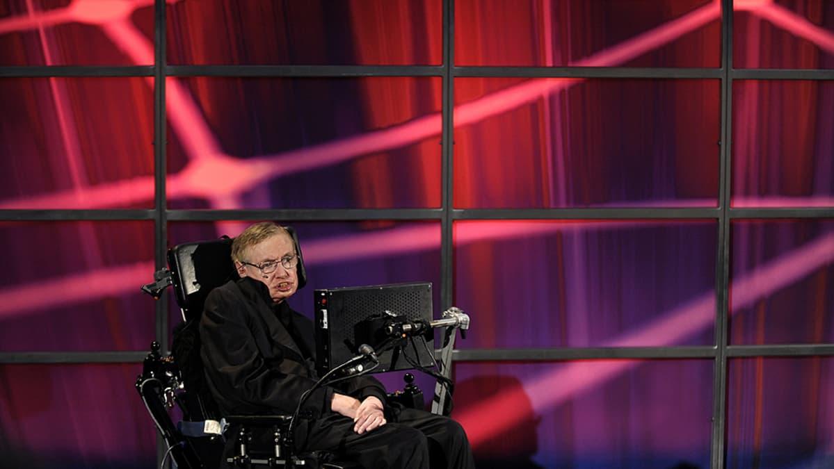 Stephen Hawking luennoimassa Perimeter Institute for Theoretical Physics -tutkimuskeskuksessa.