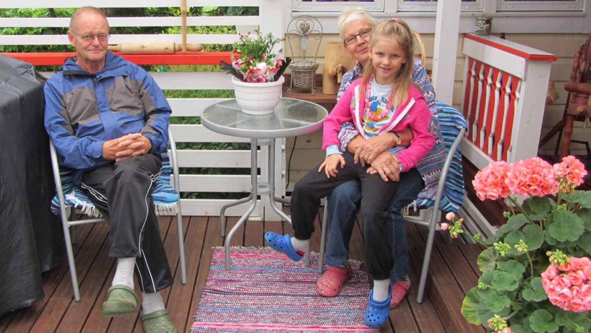 Torsti ja Anja Salonen sekä Emma Härkönen istuskelevat kuistilla