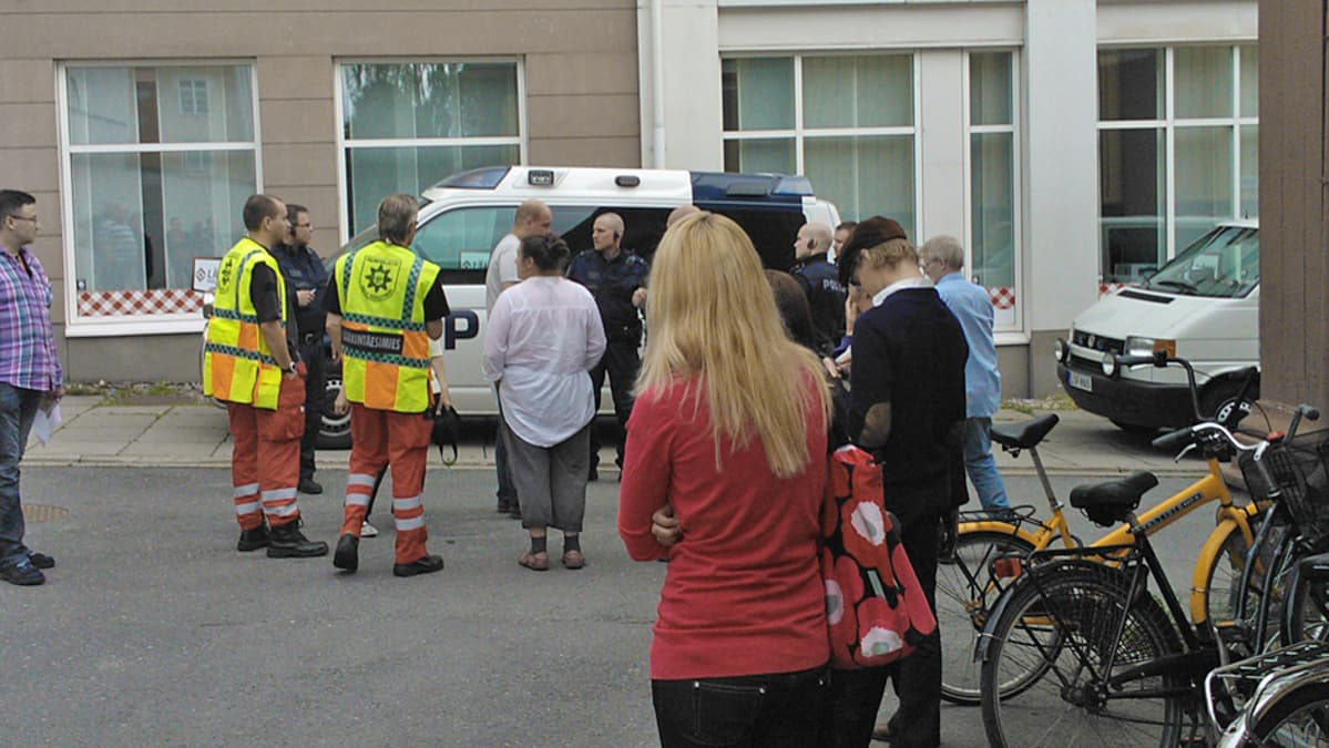 Pelastusviranomaisia kadulla Oulussa.