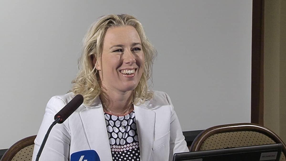 Valtiovarainministeri Jutta Urpilainen budjettineuvottelujen lehdistötilaisuudessa.