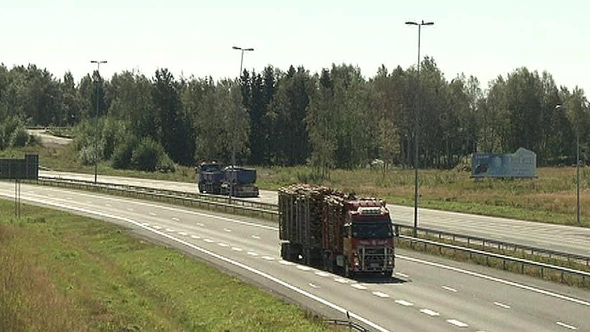 Rekkoja Kemi-Tornio moottoritiellä.