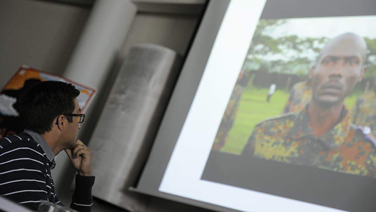 Suomen marsalkka -elokuvan tuottaja Erkko Lyytinen katselee elokuvan esittelyvideota lehdistötilaisuudessa.