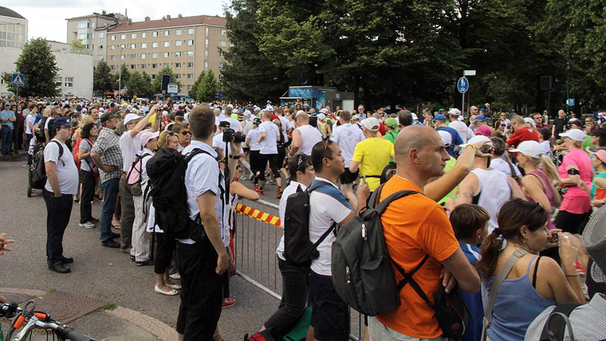 Juoksijoita ja katsojia Helsinki City Maratonilla.