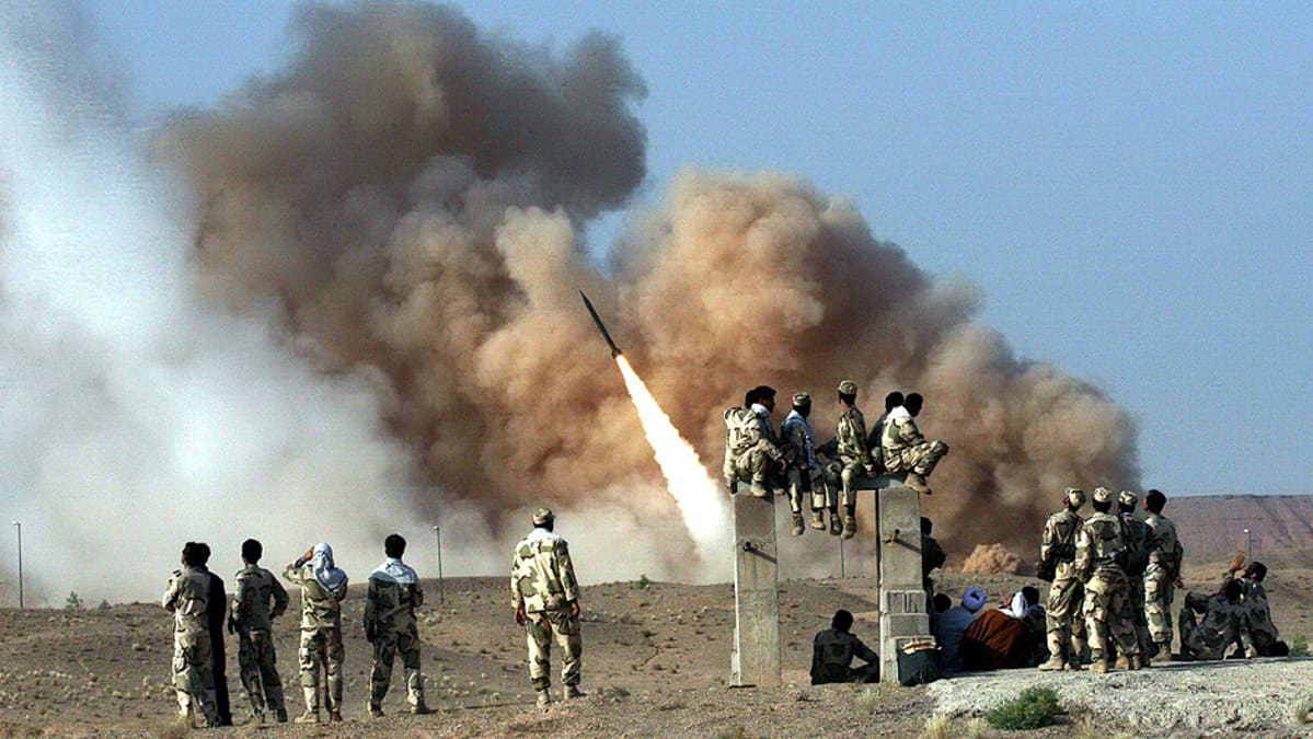 Iranin vallankumouskaartin sotilaat seuraavat ballistisen Zelzal-ohjuksen laukaisua.