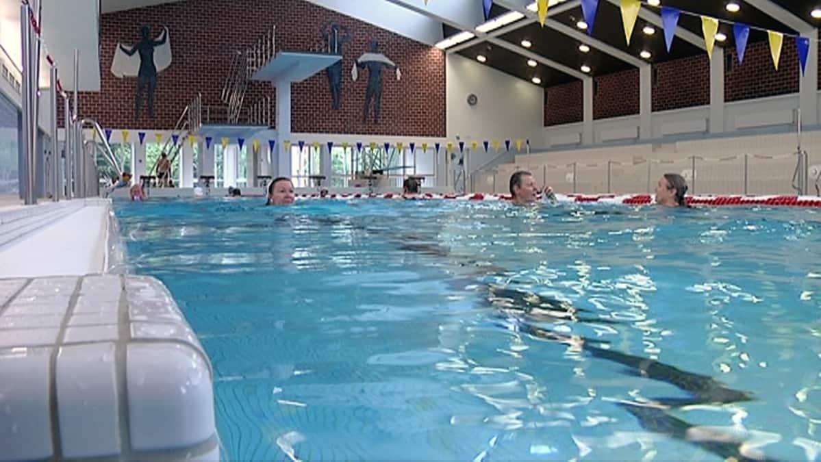 Naisia uimassa Pyynikin uimahallissa