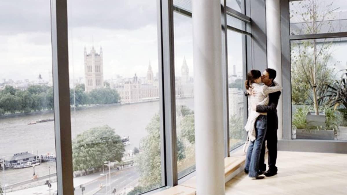 Jonathan Rhys Meyers ja Emily Mortimer elokuvassa Match Point.