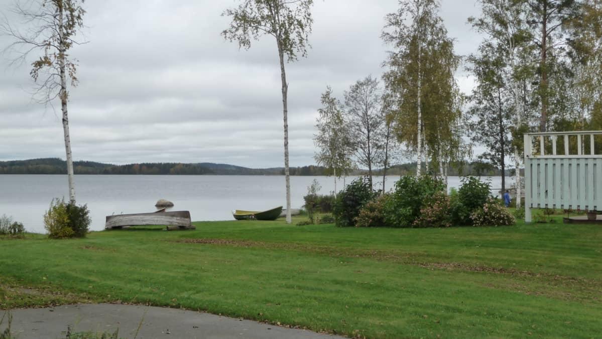 Hirvensalmen kylänraitin rivitaloja järvenrannalla.