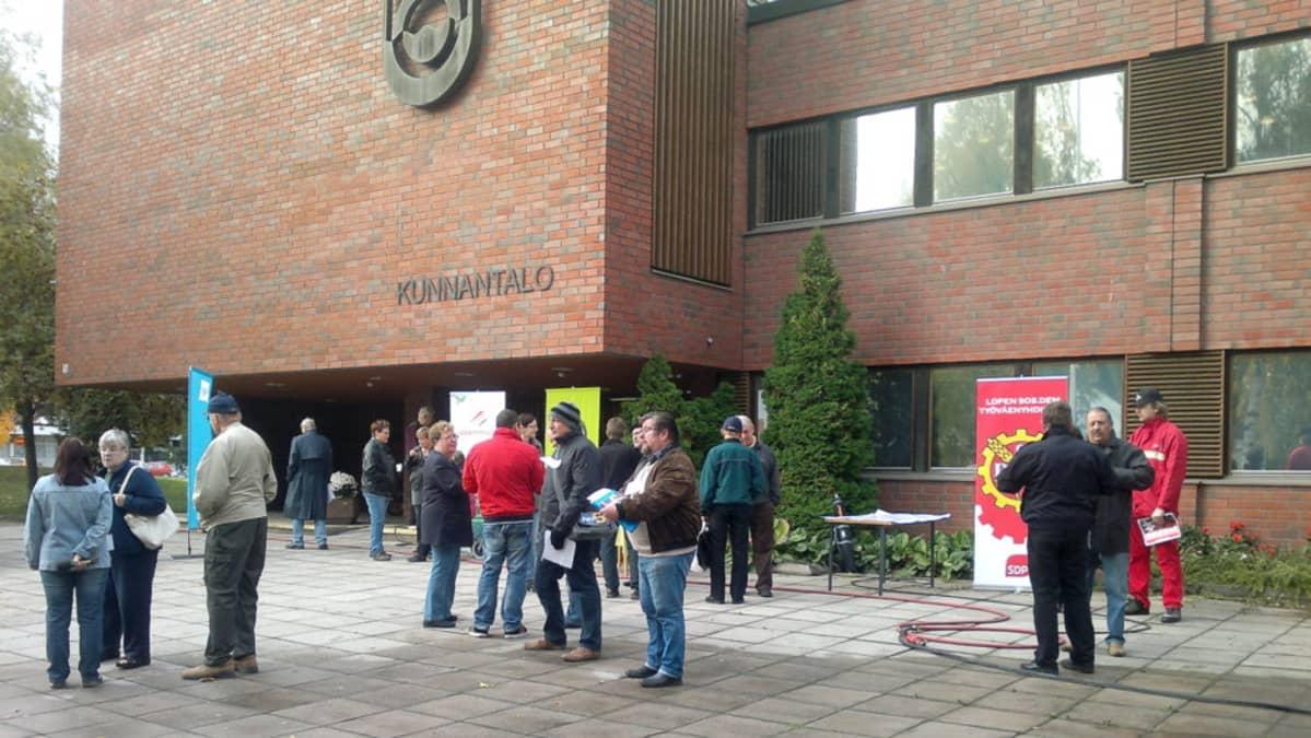 Toimittajia, kansalaisia ja kuntavaaliehdokkaita Lopen kunnantalon edustalla