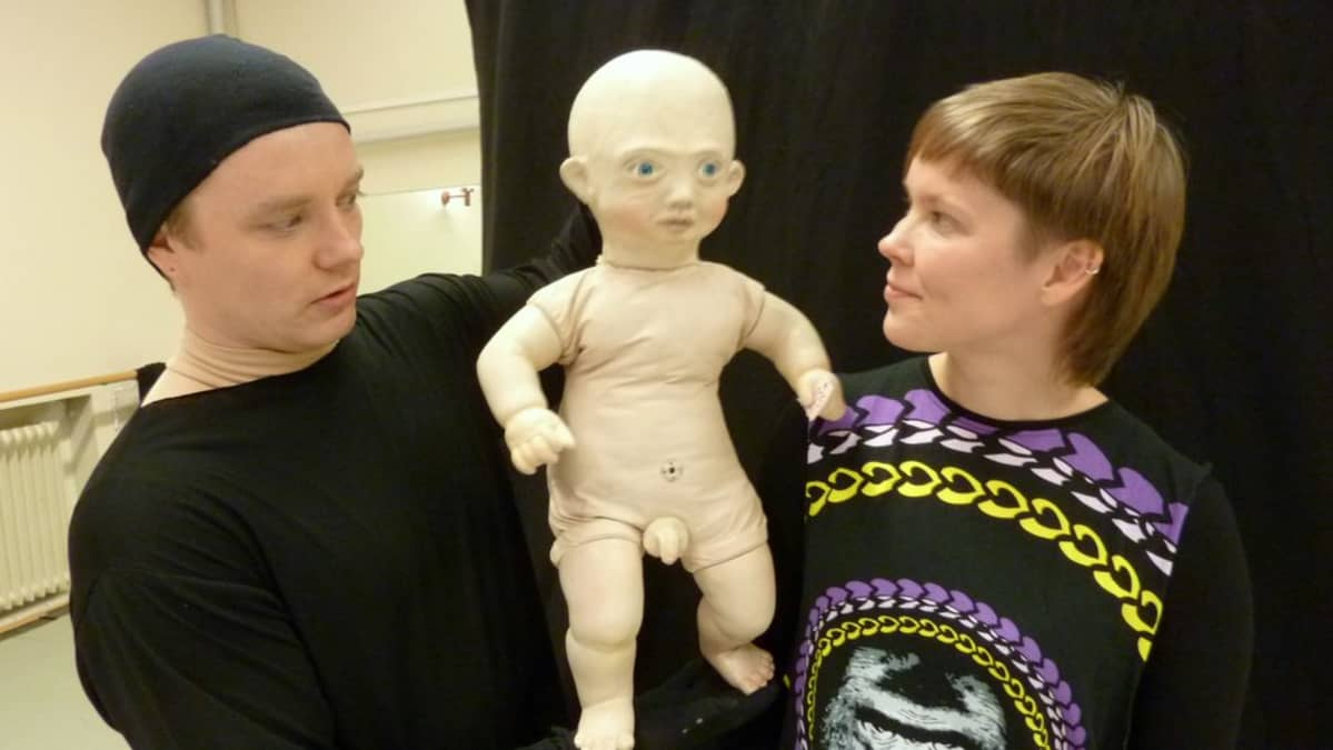 Nukketeatteritaiteilijat Aapo Repo ja Outi Sippola ison nuken kanssa.