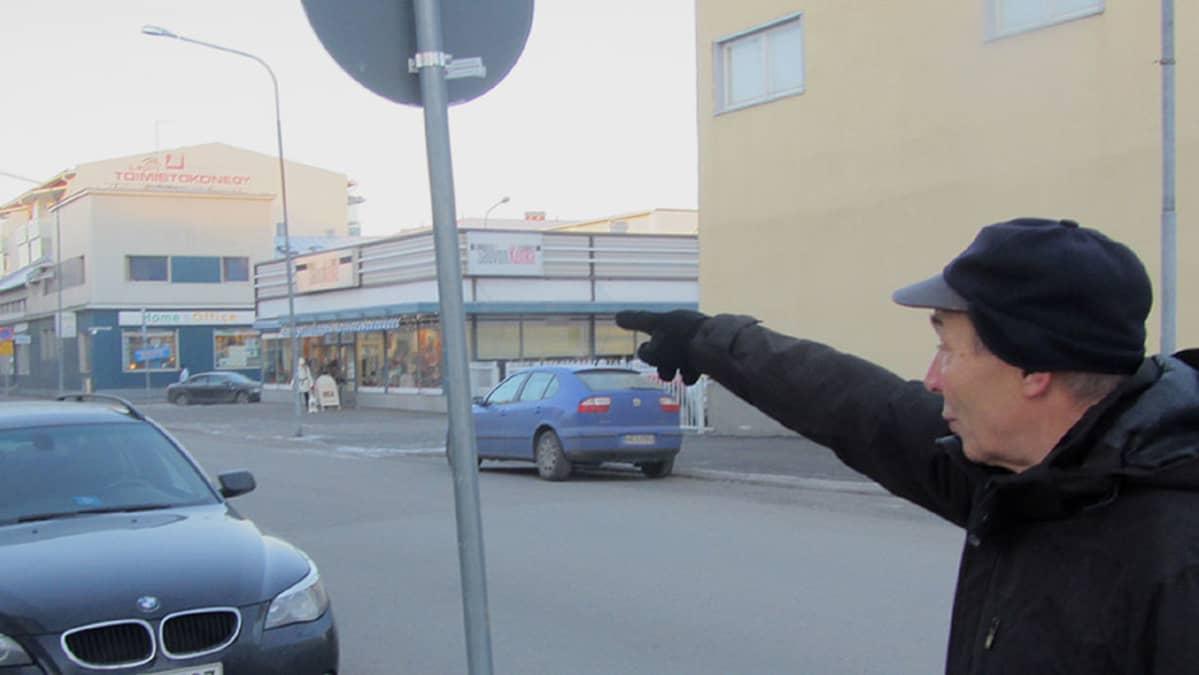 Juho Latomäki näyttää mitä reittiä öiset autoletkat ajelevat Jääkärinkadulta Hallituskadulle.