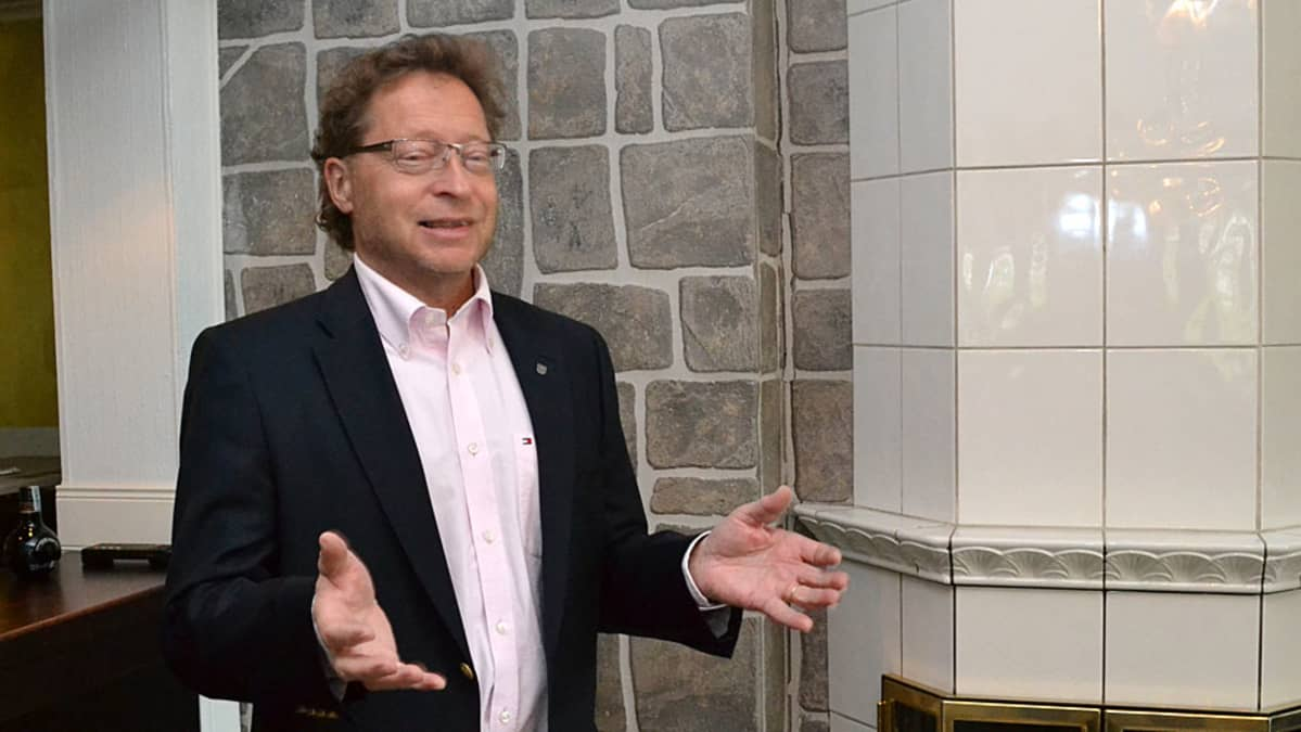 Juha Isosuo selittää kädet levällään.