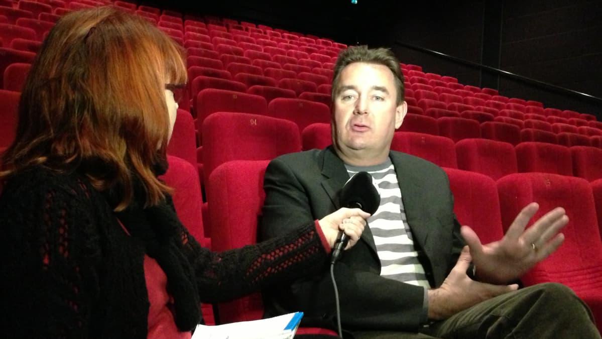 Vuonna -85 -elokuvan ohjaaja Timo Koivusalo istuu elokuvateatterin katsomossa