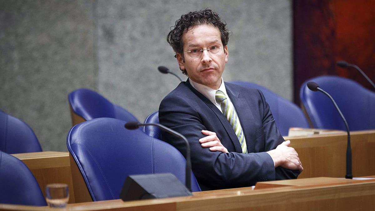 Hollannin valtiovarainministeri Jeroen Dijsselbloem kuuntelee maan parlamentin keskustelua.