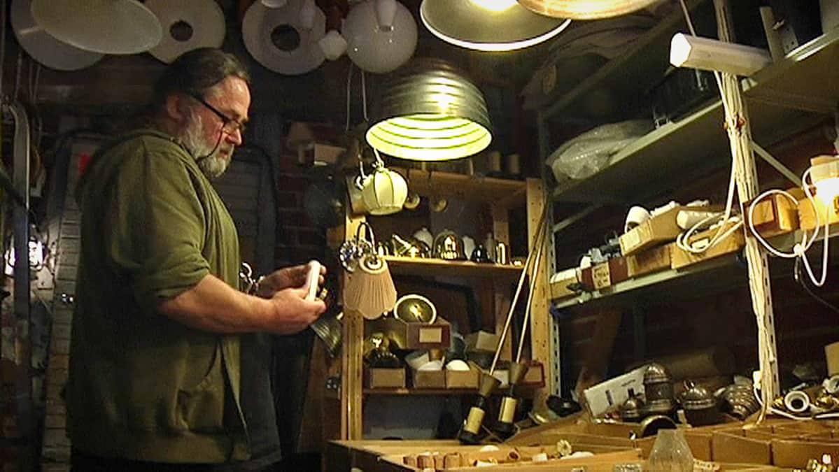 Mies korjaa lamppua