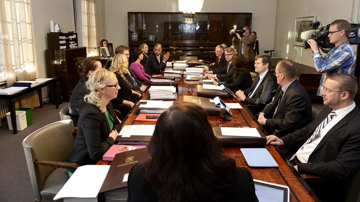 Lakivaliokunta kokouksessa eduskunnassa.