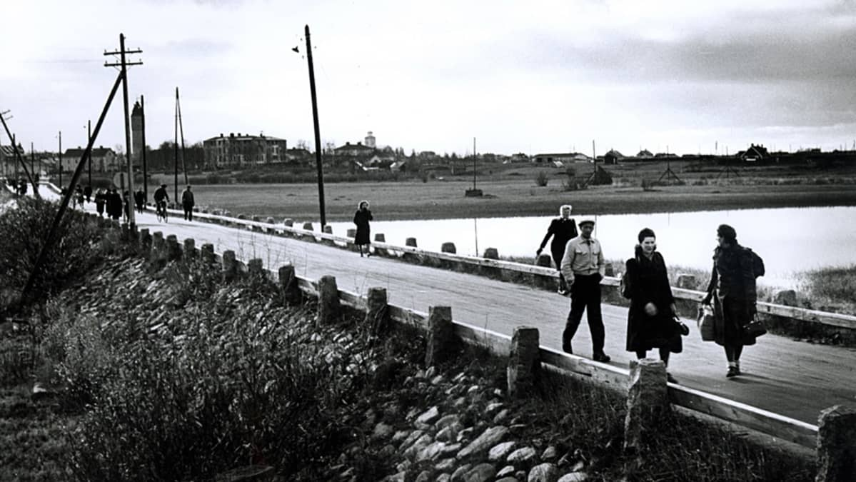 Lapin sota, evakoita Tornion ja Haaparannan välisellä sillalla, takana Haaparanta.