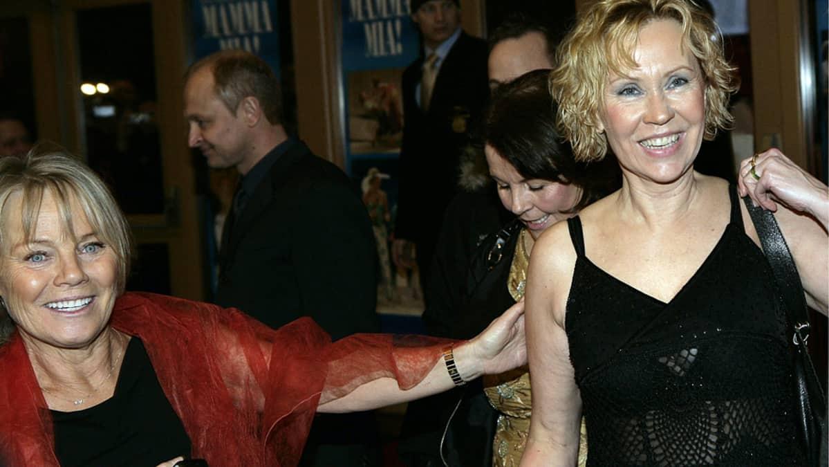 Agnetha Fältskog ja ABBA:n managerina aikoinaan toiminut Görel Hanser saapumassa Mamma Mia -musikaalin ensi-iltaan.