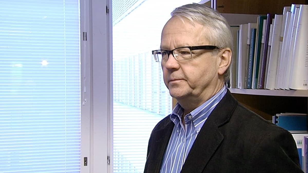 Helsingin yliopiston hallinto-oikeuden professori Olli Mäenpää.