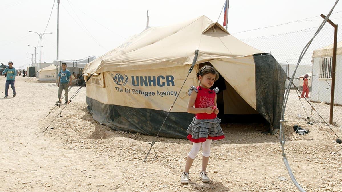Syyrialainen pakolaistyttö teltan vierellä Zatrain pakolaisleirillä.