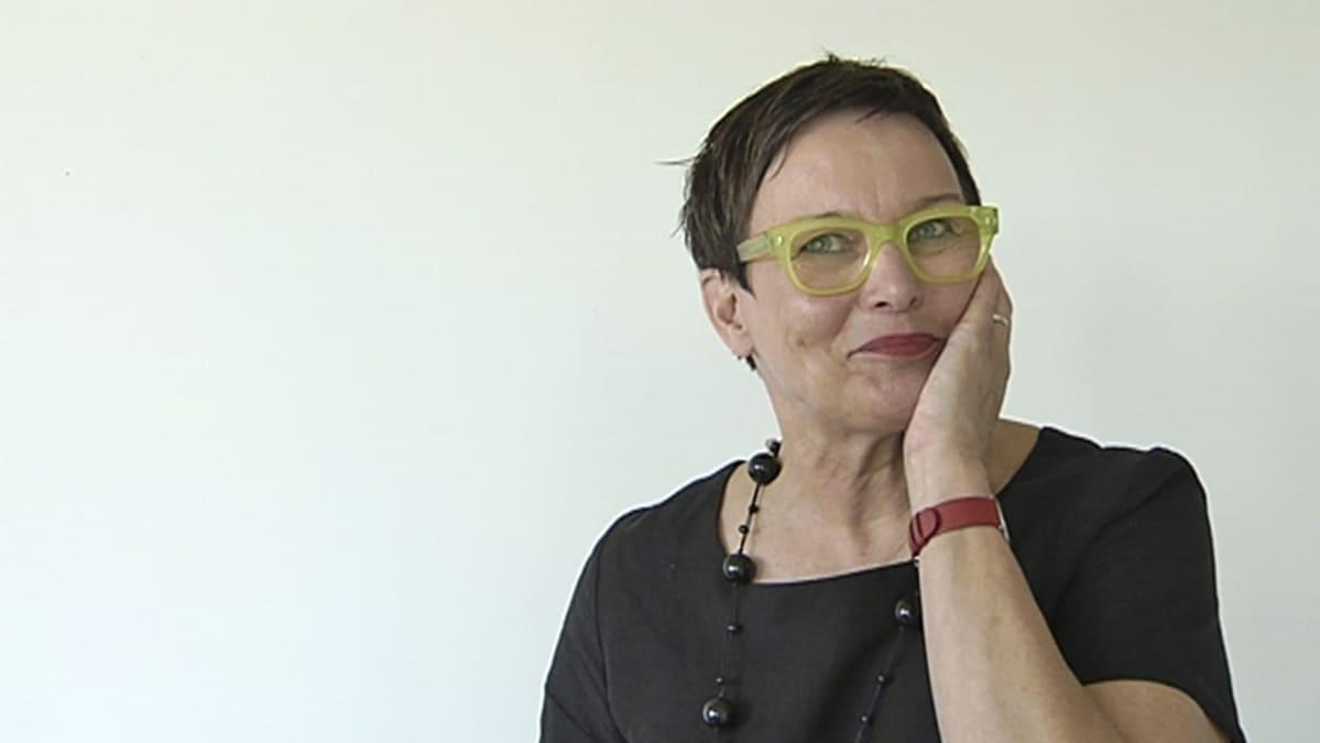 Aalto-yliopiston taiteiden ja suunnittelun korkeakoulun dekaani Helena Hyvönen.