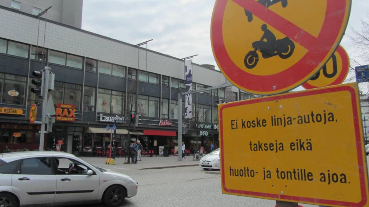 Autojan Aleksanterinkadulla Lahdessa.