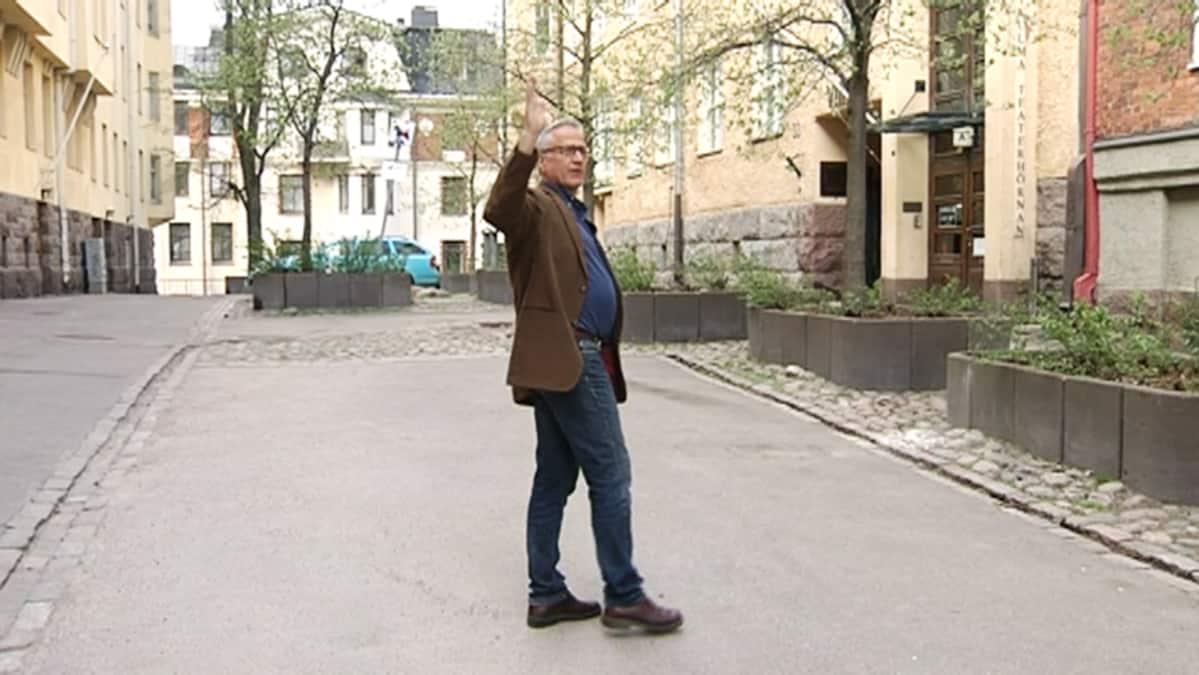 Näyttelijäliiton puheenjohtaja Mikko Hänninen liiton toimiston luona Helsingissä.