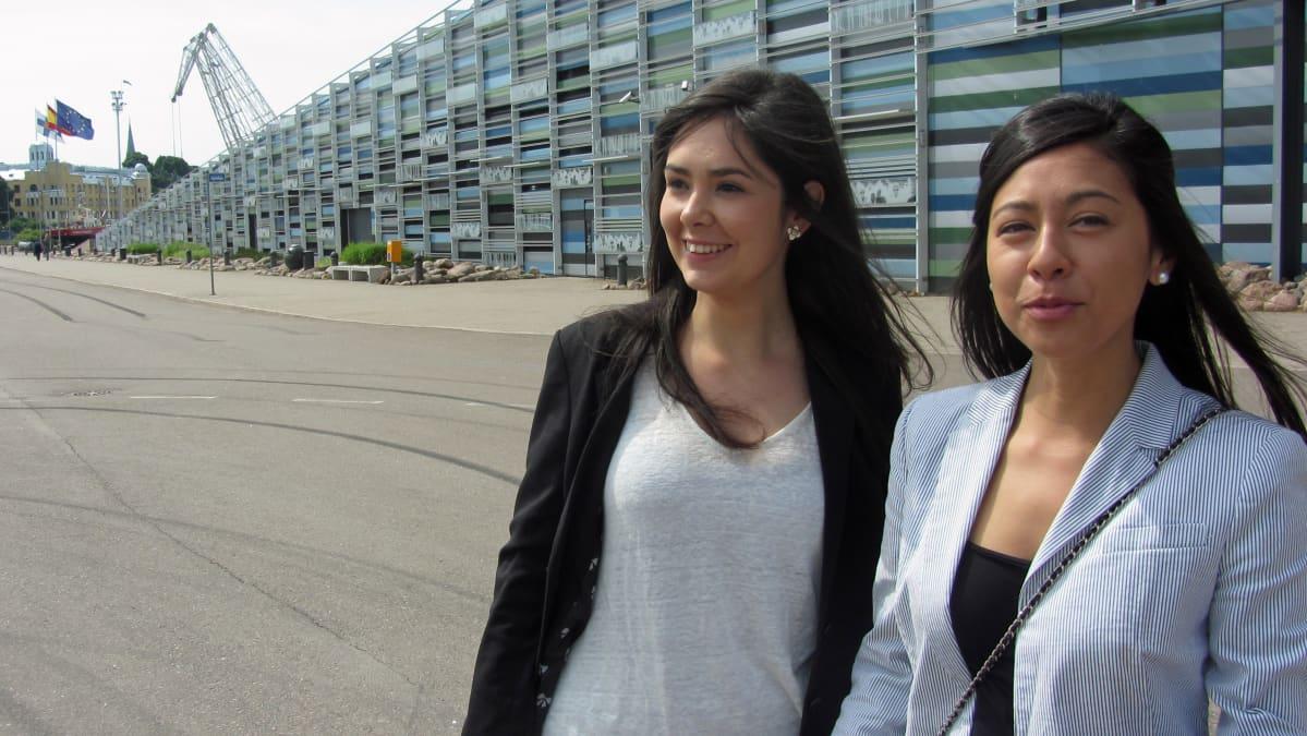 Kaksi naista seisoo Merikeskus Vellamon edessä.