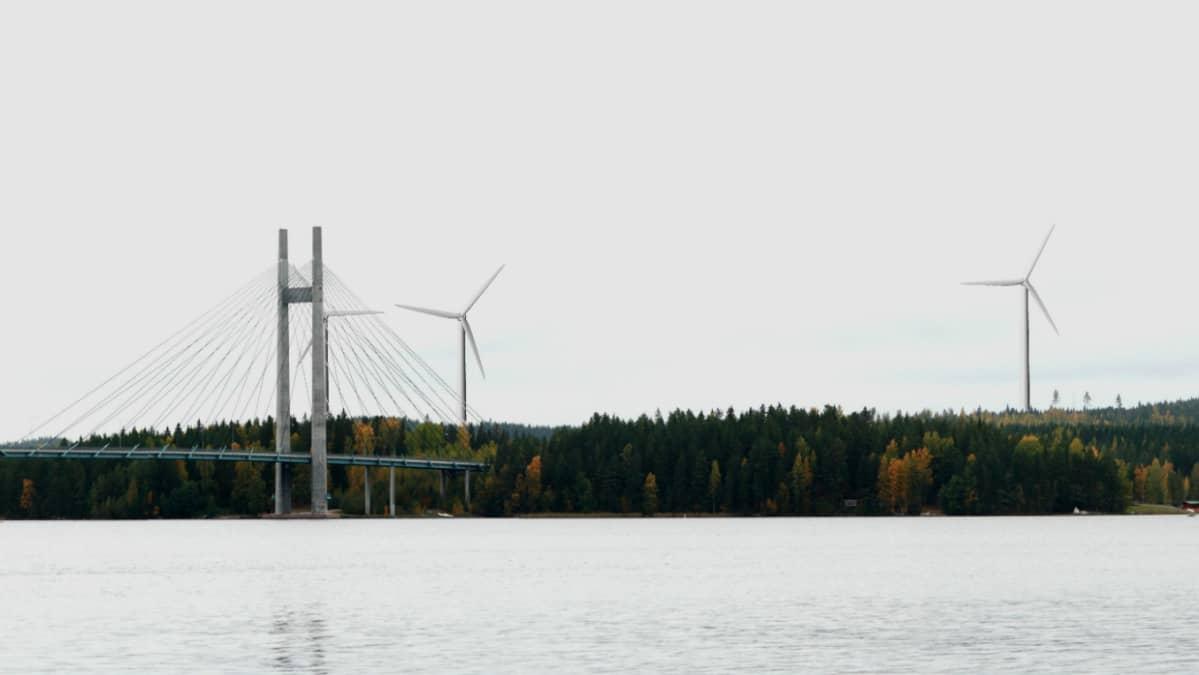 Havainnekuva tuulivoimaloista Korpilahden Kärkistensalmen sillan kupeessa.