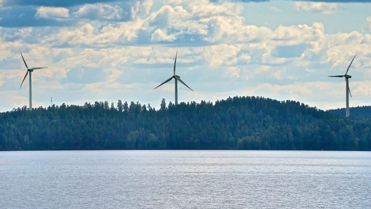 Havainnekuvassa tuulivoimalat on sijoitettu Päijänteen rantamaisemaan.