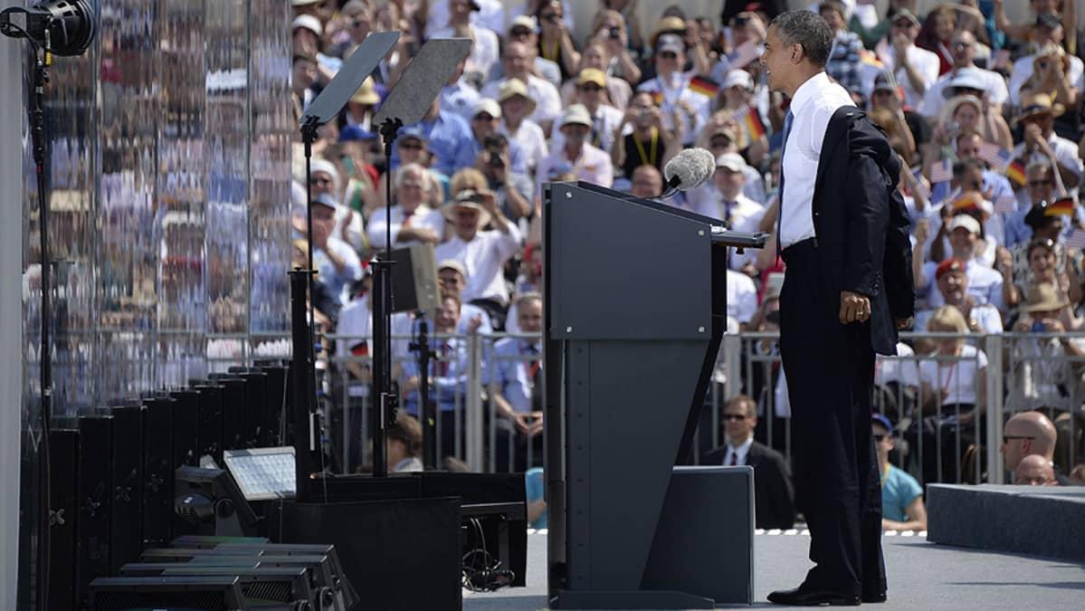 Yhdysvaltain presidentti Barack Obama valmistautuu puhumaan Berliinin Brandenburgin portilla.