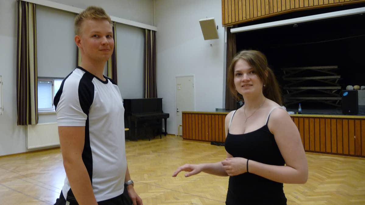 Joni Pakarinen Joensuusta ja Marika Kiviranta Seinäjoelta treenaamassa Lyseon jumppasalissa