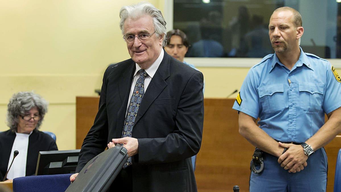 Radovan Karadzic Haagin sotarikostuomioistuimessa.