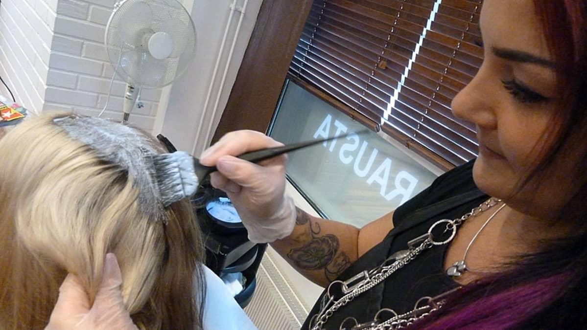 Kuvassa värjätään hiuksia