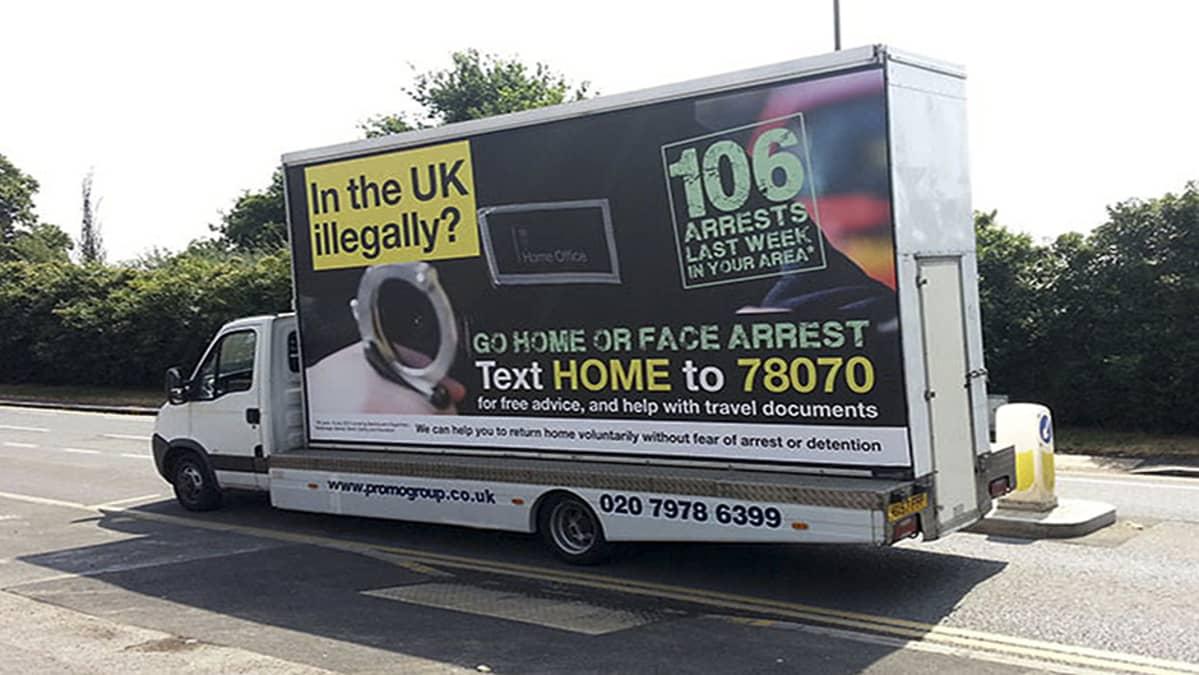 Mainoskylttiauto jossa laittomiasiirtolaisia kehotetaan palaamaan kotimaahansa.