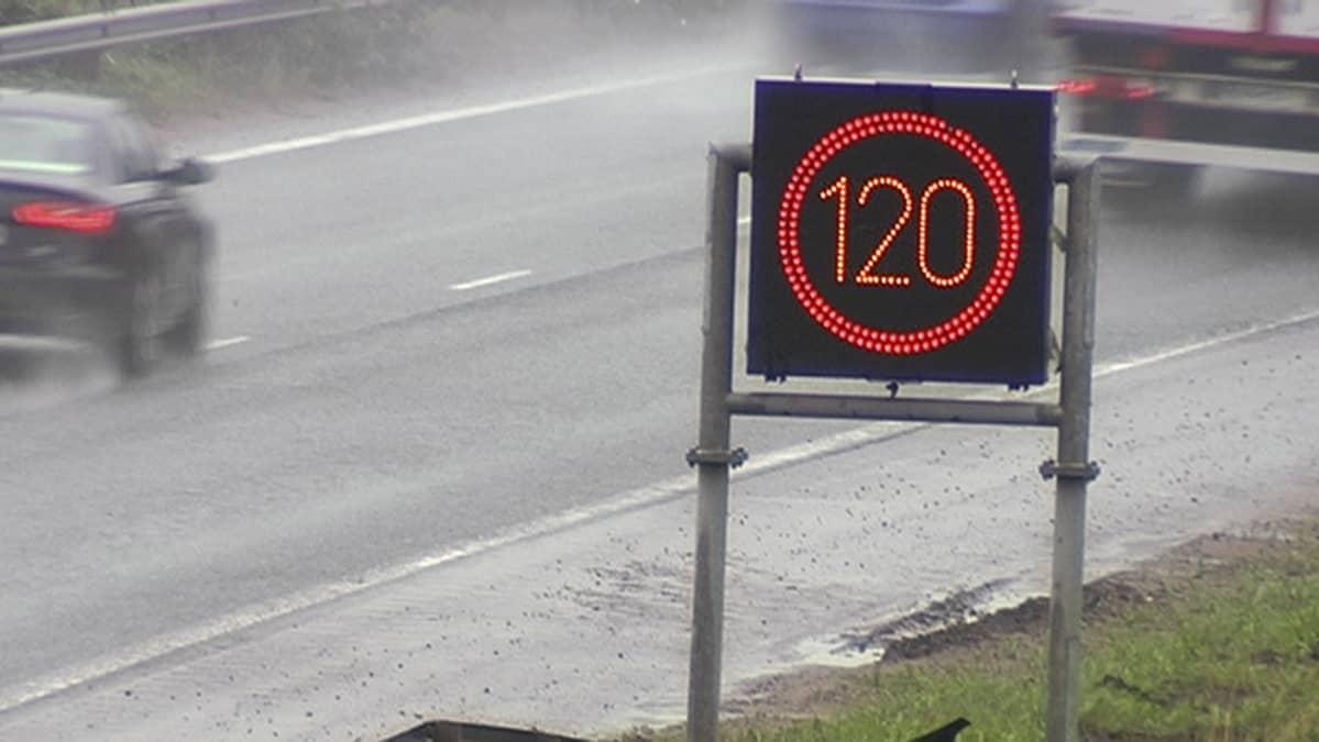 Vaihtuvan nopeusrajoituksen kyltti moottoritien varressa.