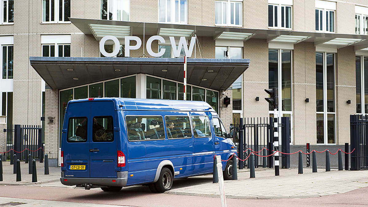 YK:n asetarkastajien auto saapumassa kemiallisten aseiden kieltoa valvovan viraston OPCW:n pihalle.