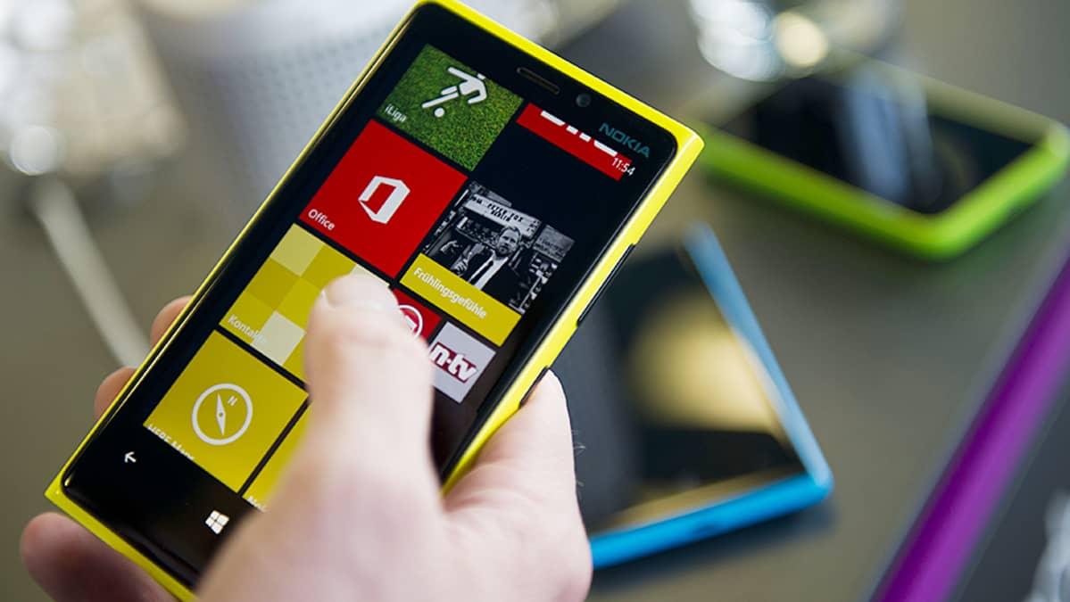 Nokia Lumia 920 -puhelin kädessä.