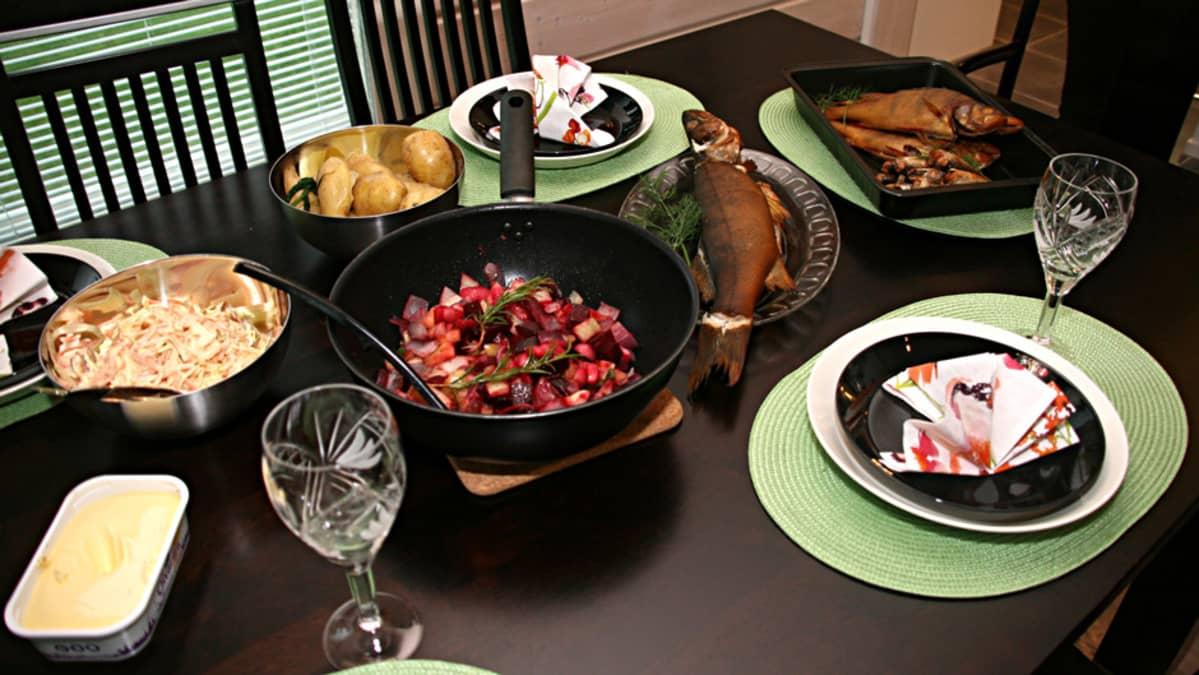 Ruokaa pöydässä