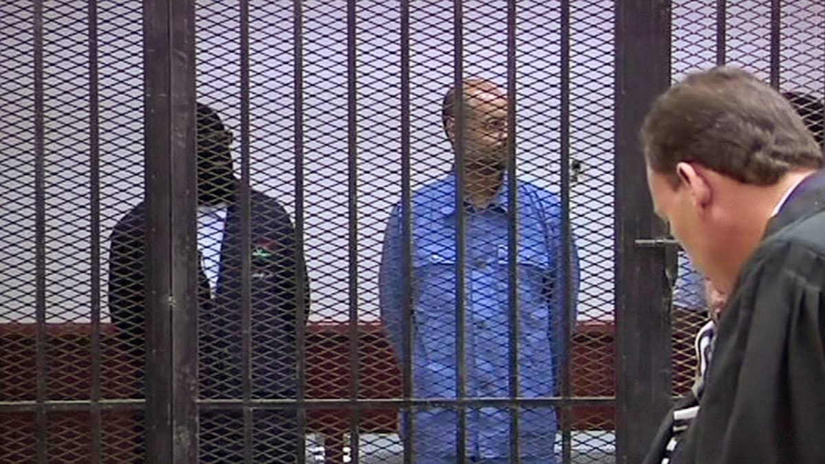 Muammar Gaddafin poika Saif Al-Islam Gaddafi oikeudessa.