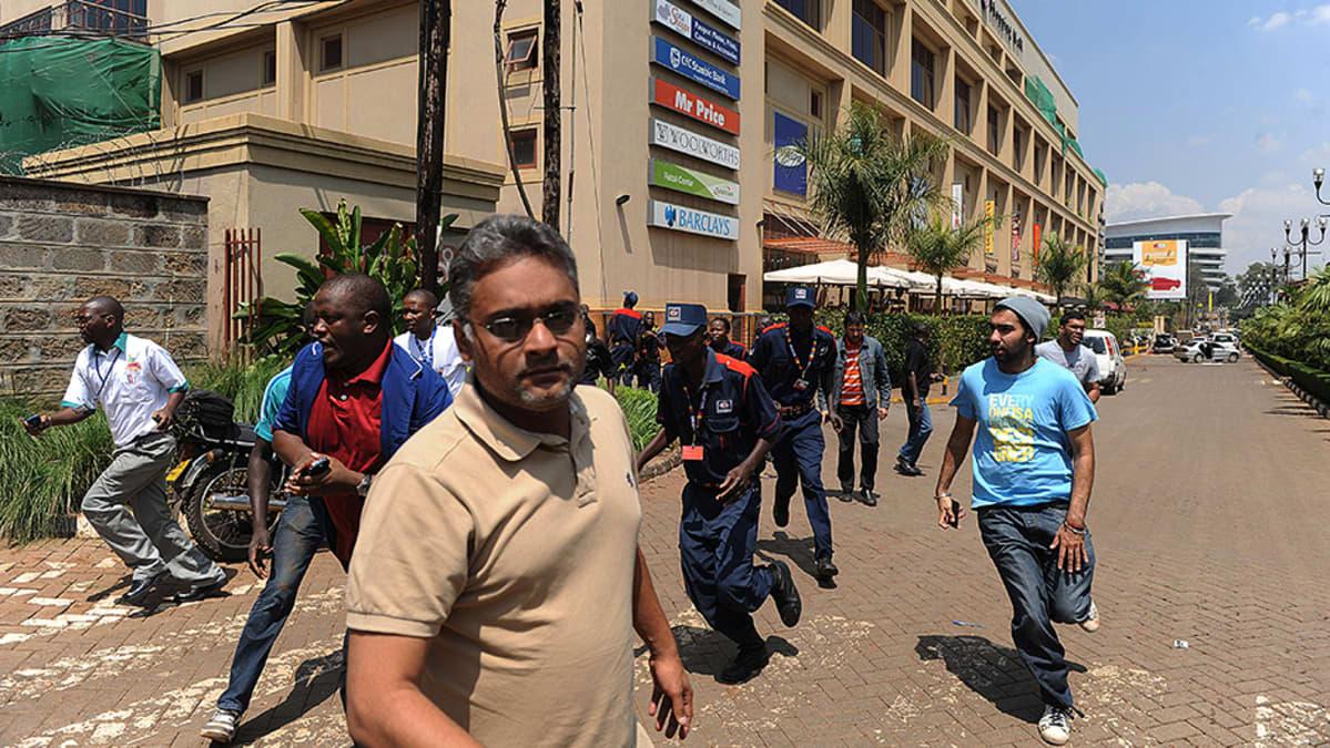 Ihmiset pakenevat Westgate-ostoskeskuksesta naamioituneiden miesten avattua tulen asiakkaita ja henkilökuntaa kohden.