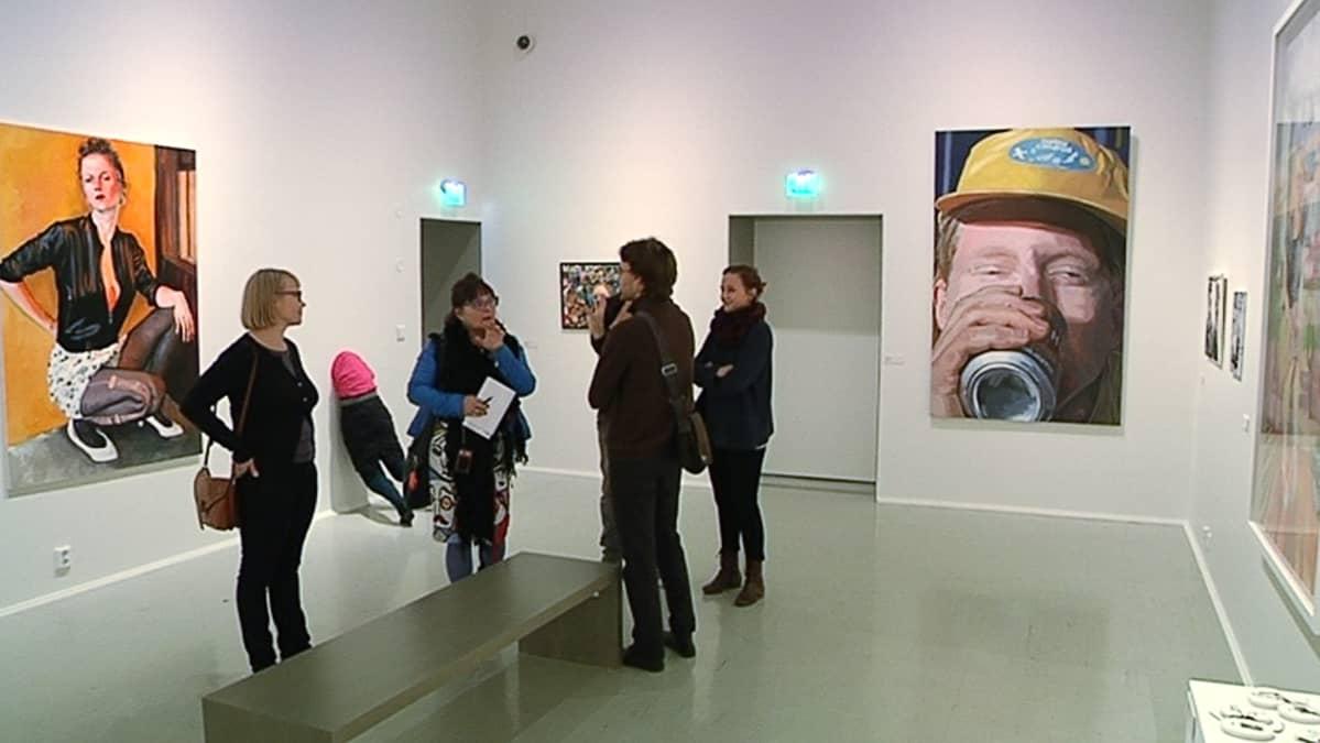 Näyttelyvieraita Suomen Kuvataidejärjestöjen Liiton muotokuva-näyttelyssä Lahden taidemuseossa.
