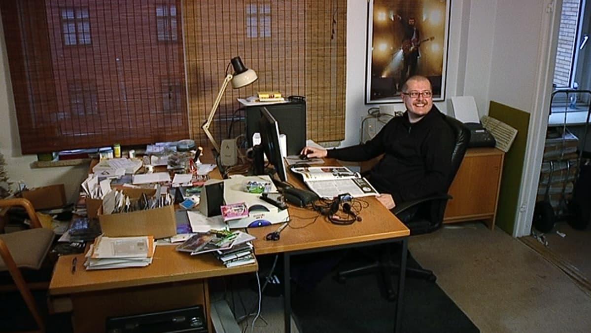 Suen päätoimittaja Kimmo Nurminen lehden toimituksessa Turussa.
