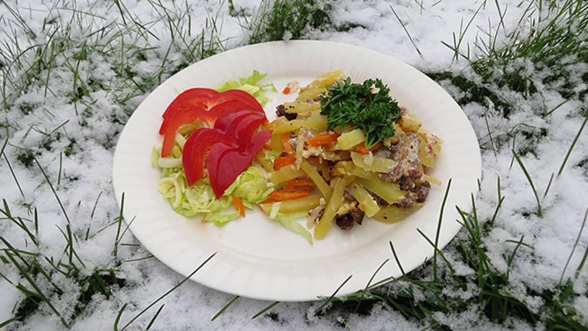 Valmis porokiusaus salaatin kera.