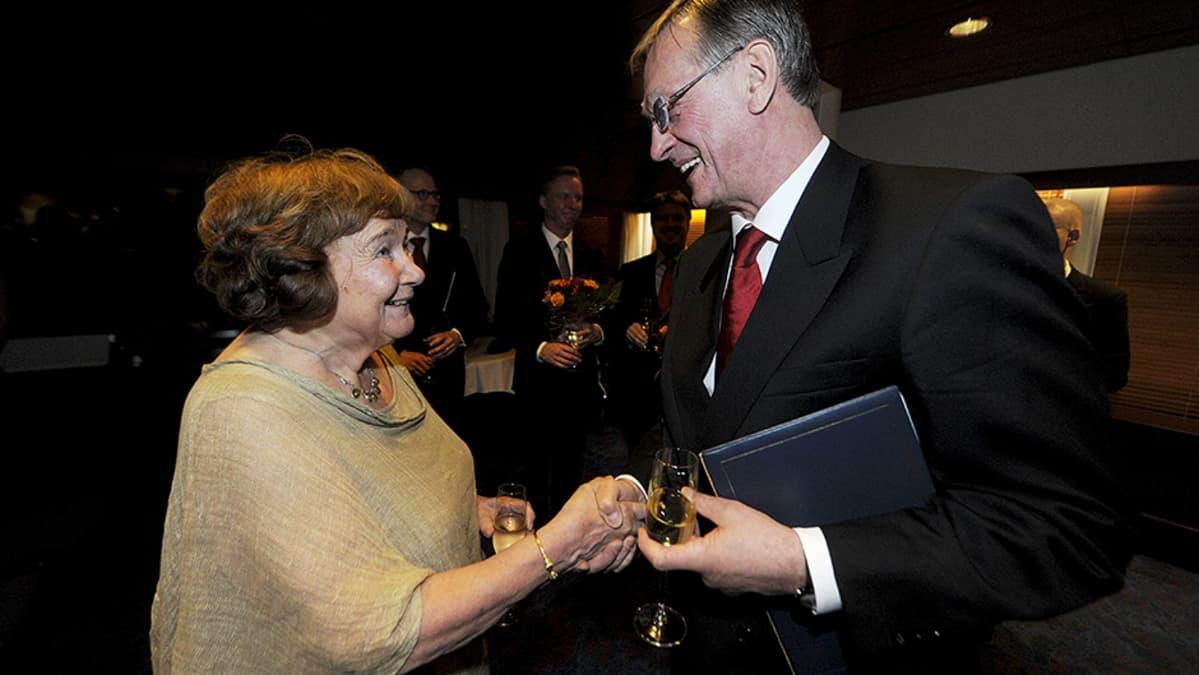 Professori Elina Haavio-Mannila sekä professori Mart Saarma saivat Alfred Kordelinin säätiön tunnustuspalkinnot säätiön vuosijuhlassa Helsingissä keskiviikkona 6. marraskuuta.