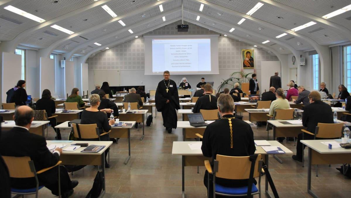 Kirkolliskokousedustajat koolla Valamon luostarissa.