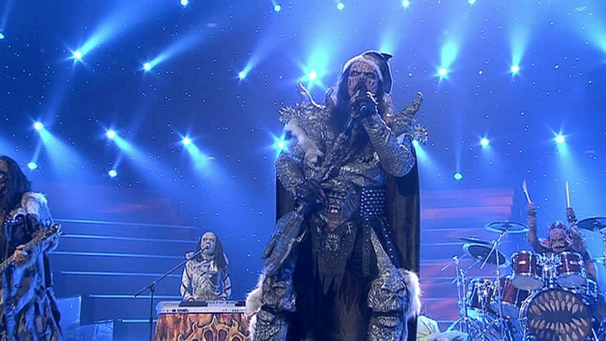 Lordi esiintymässä voiton varmistuttua Euroviisujen finaalin päätteeksi Ateenassa toukokuussa 2006.