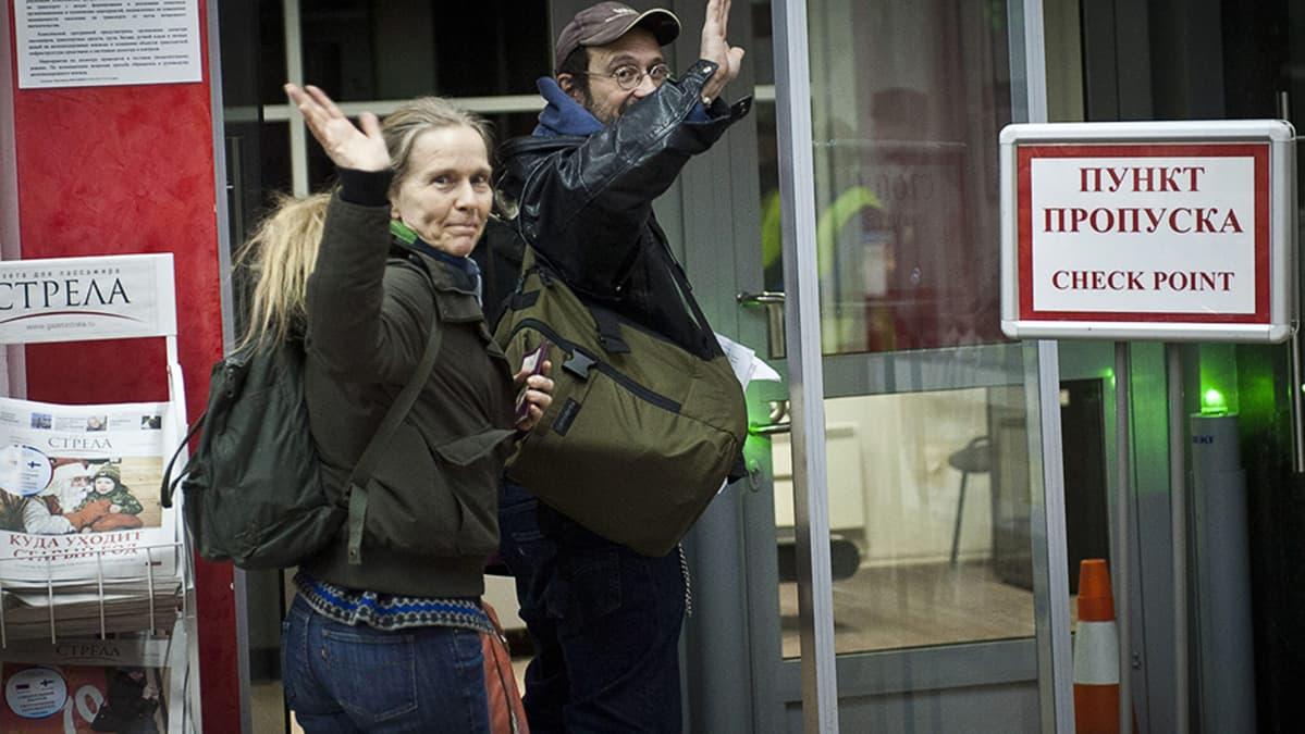Greenpeacen aktivisti Dimitri Litvinov ja hänen vaimonsa nousemassa junaan Pietarissa
