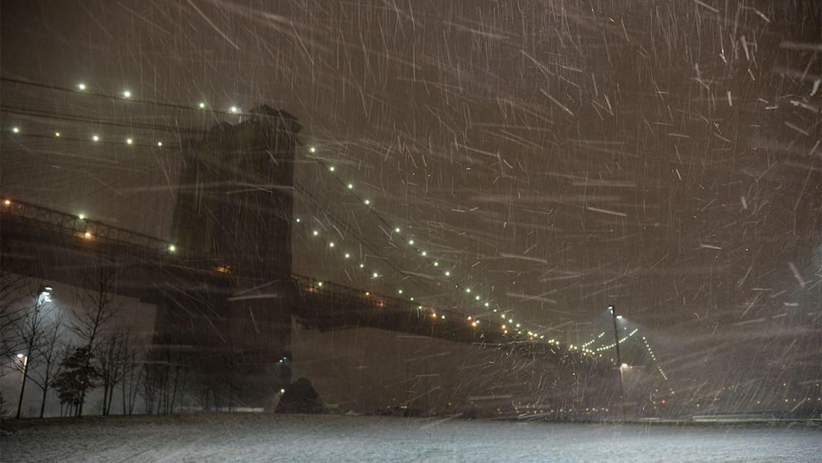 Brooklyn Bridge lumimyrskyssä