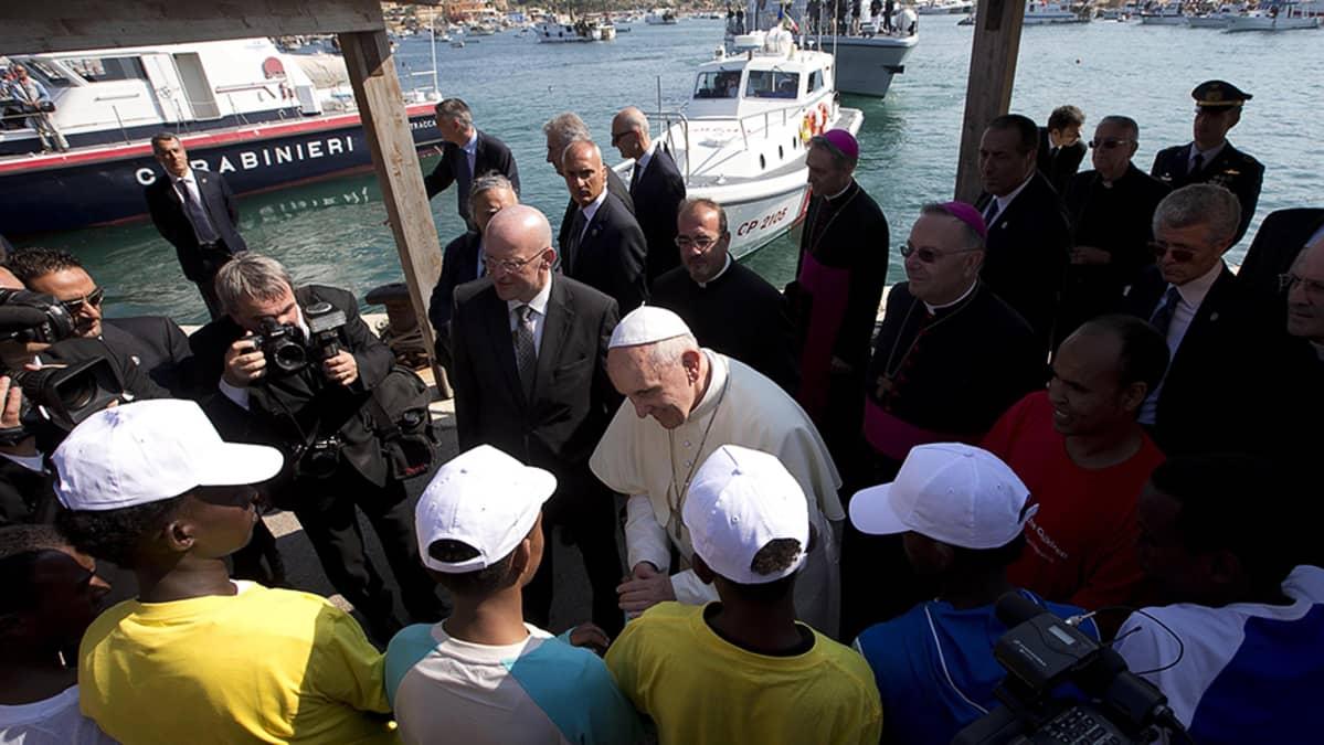 Paavi Franciscus tervehtii siirtolaisia vieraillessaan Lampedusan saarella.